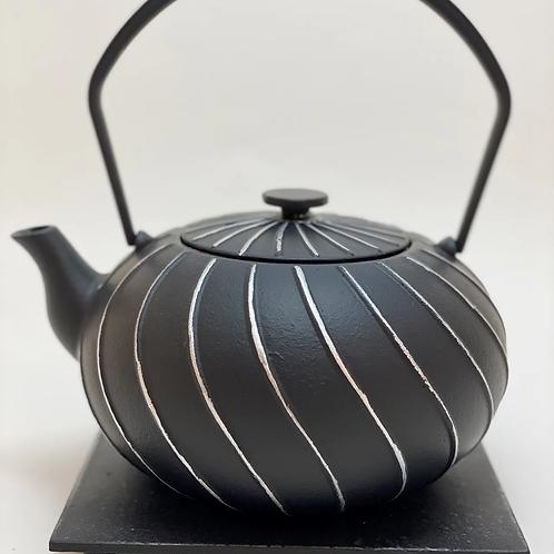 Teekanne aus Gusseisen - Schwarz/Silber Inhalt 1,0 l