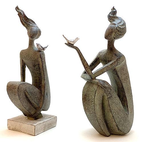 Skulptur - sitzende Dame mit Vogel