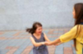 Jente spiller utenfor