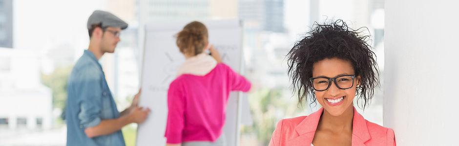 Fröhlich Marketing-Leute Brainstorming