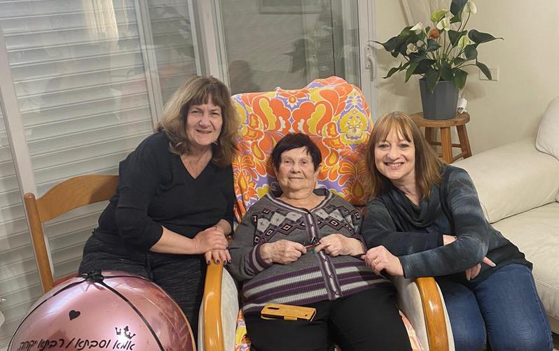 אמא בת 90, אחרי המלחמה אמא התחתנה, הביאה לעולם 3 בנות. 5 נכדים ו8 נינים