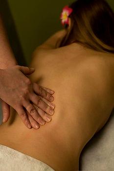 Femme de dos nue en train de se faire masser - Shanti Massage