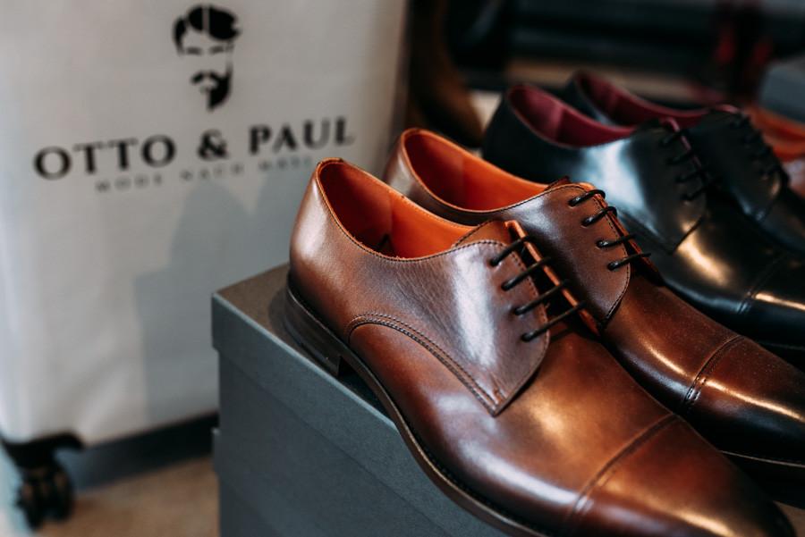 Hochwertiger Schuh mit Logo von Otto & Paul Logo im Hintergrund