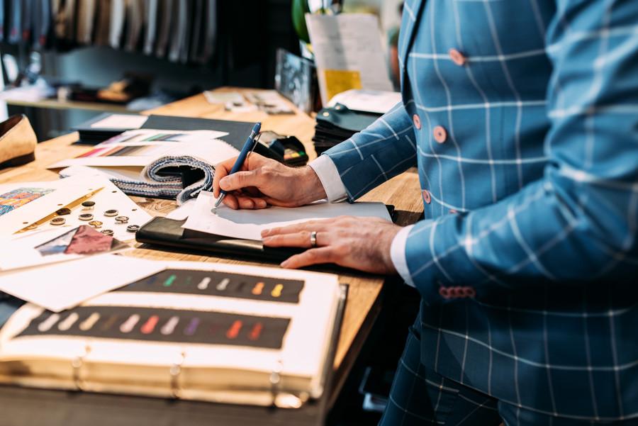 Detailaufnahmen von Handschrift am Tresen bei Auftragsbestätigung