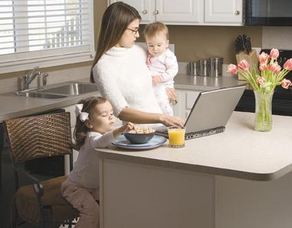 Mujeres que trabajan dentro y fuera del hogar
