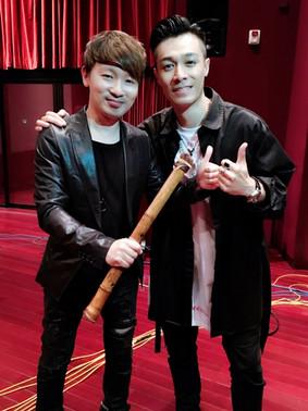 2018 4月 於邵氏片場錄製本地歌手周柏豪新曲「乒乓」後,與歌手合照。
