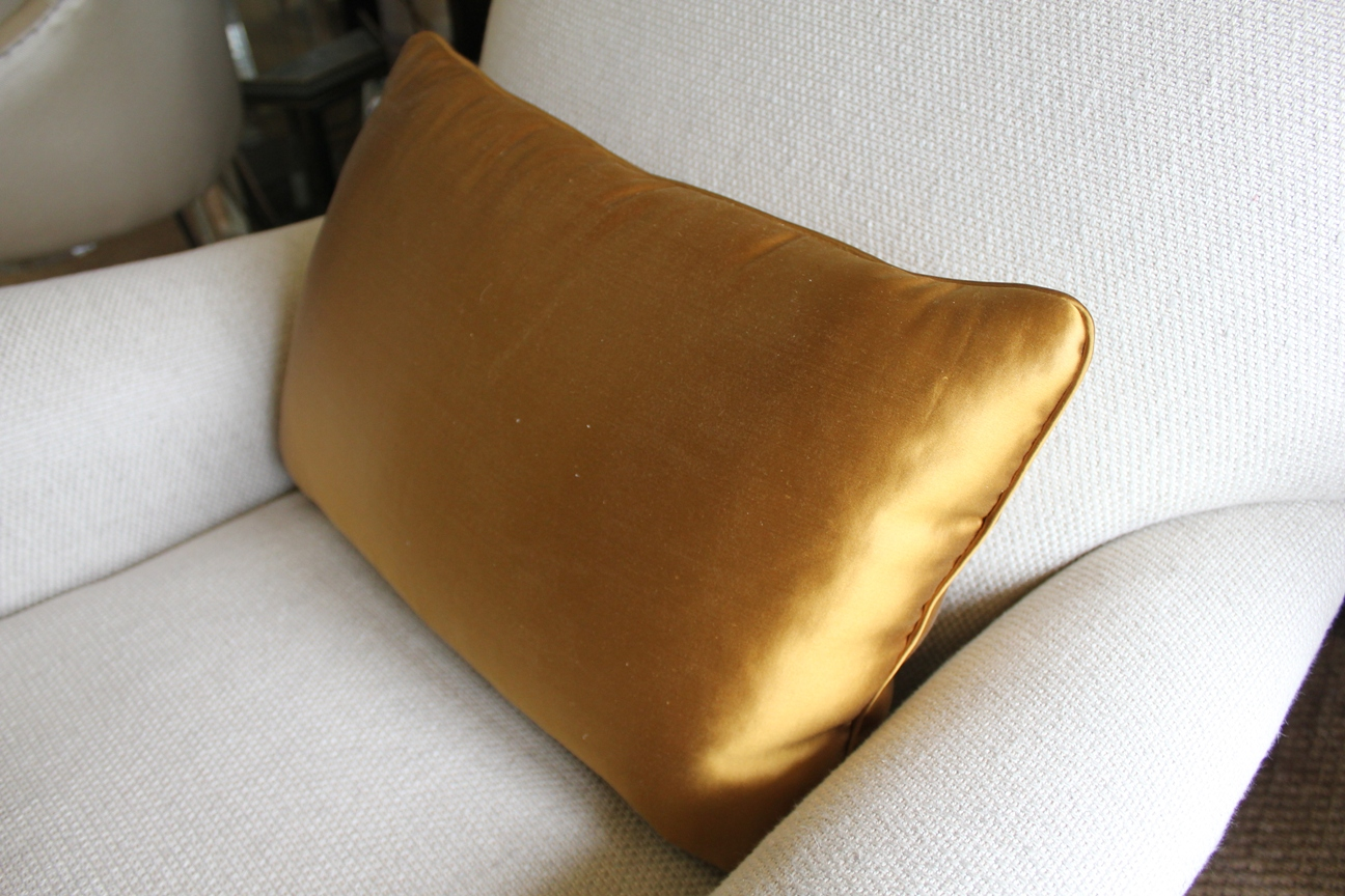 11. Standard rectangular cushion with medium piping