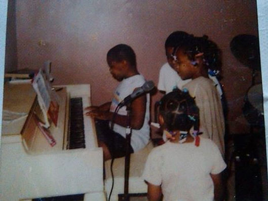 BATTLE CHILDREN SINGING AT PIANO 2001.jp