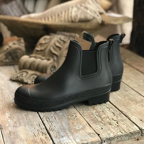 Short welly boots