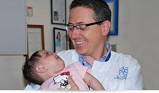 """ד""""ר אלבז עם התינוקת שהושתלה לה קרנית"""
