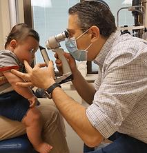 """ד""""ר אלבז אורי והתינוק בבדיקה לאחר ניתוח"""