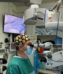 """ד""""ר אלבז אורי ליד מכשור רפואי"""