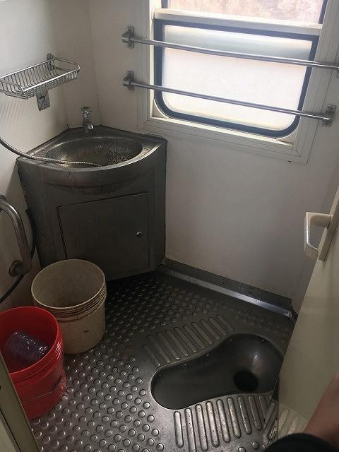【トイレ】 各車両に二つずつ完備。男女兼用。列車が止まっているときは使用できない。トイレットペーパーは備え付けられていないので持参しよう。