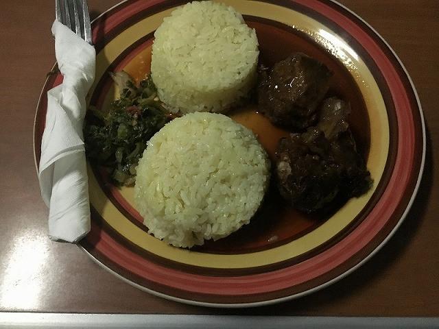 ご飯と牛肉のセット(4500タンザニアシリング/20ザンビアクワチャ)