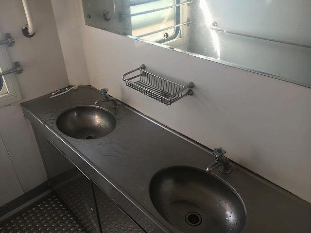 洗面台 洗顔や歯磨きもできるが、水が出ないこともある。