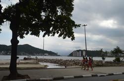 garotas caminhando a beira da praia