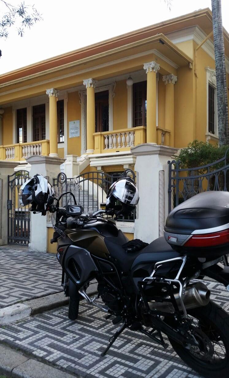 Frente ao Museu Casa do Olhar
