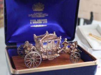 おすすめの英国ビンテージアイテム|エリザベス2世 在位25周年記念の純銀馬車