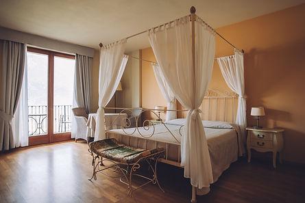 bedroom-in-light-colors-big-comfortable-