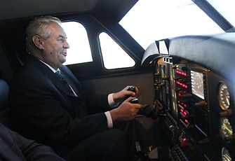Prezident Zeman zkouší simulátor a dělá vývrtku, čili looping