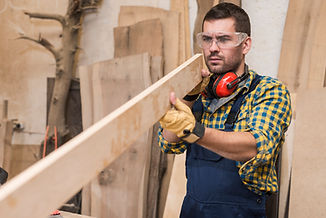 male-carpenter-wearing-safety-glasses-lo