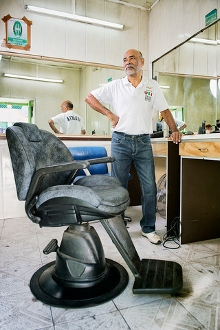 Paul Cavey, dans son salon de coiffure