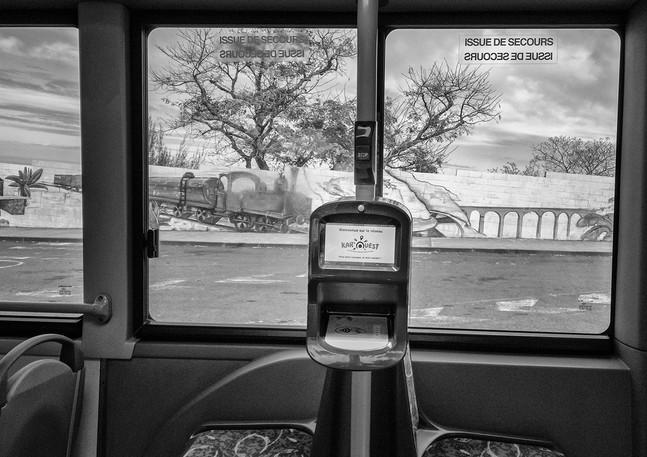 Desservant les territoires de la côte ouest depuis les bords de mer jusqu'aux hauteurs du Maïdo ou de Dos d'âne, les cars et bus de la régie KAR OUEST racontent la vie des habitants de cette partie de l'île.  Alternance des paysages, alternance des populations rythment chacun de ces trajets.  Les scénettes de vie déroulent un anodin poétique, le bus servant d'écrin en mouvement à ces moments fugaces.  La bienveillance des utilisateurs, la musique dans les hauts parleurs, les bribes de discussions perçues ça et là, la dextérité des chauffeurs font  régner pendant les trajets une ambiance bon enfant unique.