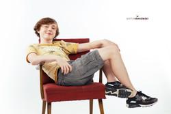 junge mann sitzt studio portrait