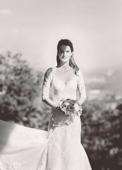 Braut Schwarz Weiß mit Strauß