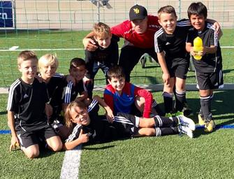 Die erfolgreichen Fa- Junioren mit ihrem Trainer Danny Mann