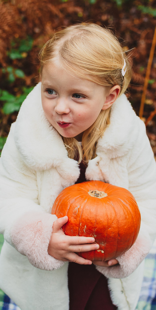 Family photoshoot with young children in autumn in Berkshire