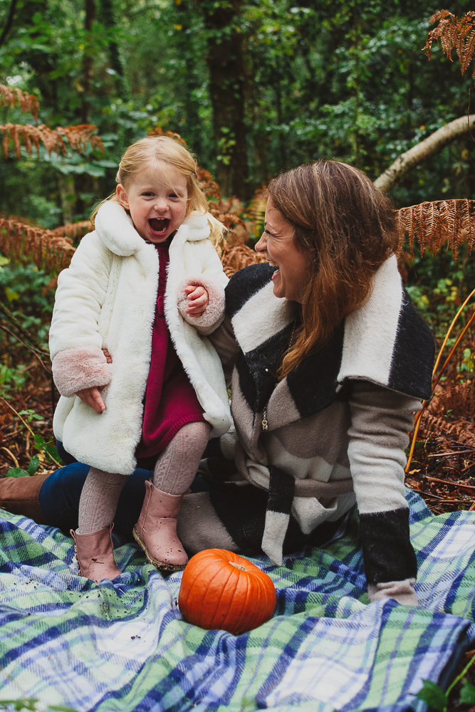 Outdoor mummy and me photoshoot in finchampstead