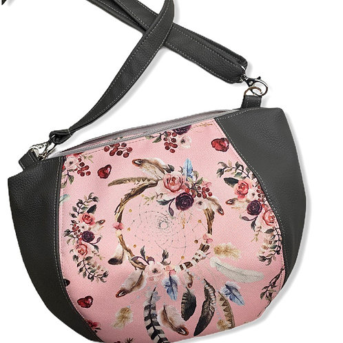 Un sac bandoulière DEMI LUNE gris foncé & attrape rêve rose