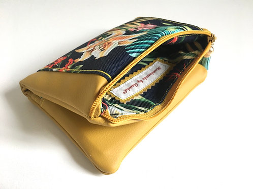 Un portefeuille moutarde & fleurs