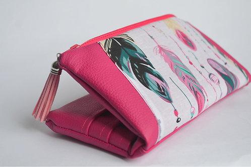 Un portefeuille fuchia & plumes