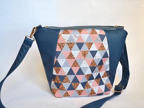 Un sac bandoulière MEDIO P bleu & triangles dores