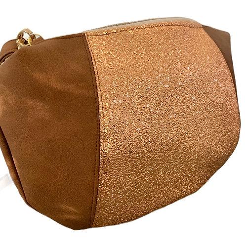 Un sac demi lune marron mat & cuivré