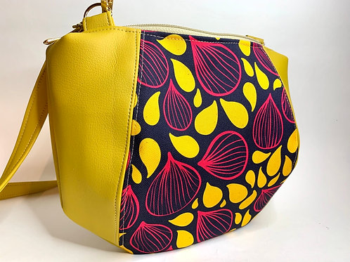 Un sac bandoulière DEMI LUNE moutarde