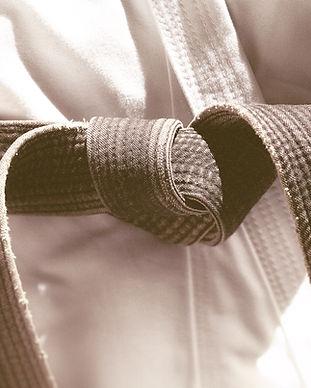 חגורה של תלבושת אמנויות לחימה קשורה על המותניים