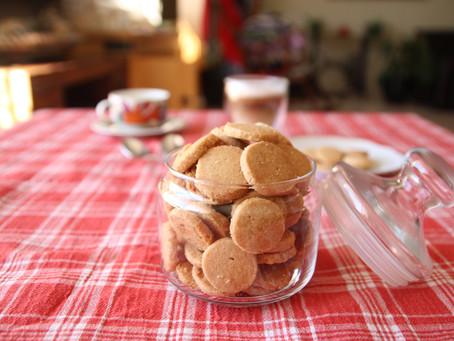 עוגיות חמאה ליד הקפה