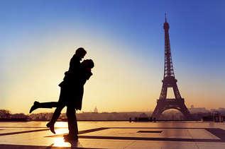 France_EffelTower_Couple.jpg