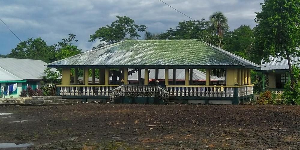 Las construcciones samoanas típicas no tienen paredes y cuando alguien muere lo entierran en el frente de la casa