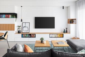 קיר ארוך המאפיין דירות קבלן רבות נתחם בעבודת נגרות המכילה המון מקומות אחסון