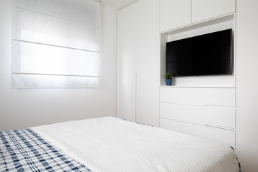לחדר השינה תוכנן ארון בנגרות מותאמת אישית כך שמוסיף הרבה מקומות אחסון