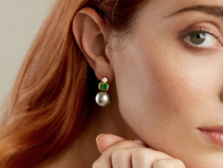 18k Yellow Gold Earring with Diamonds (0.32 tcw) Emerald (1.91 tcw) and Pearls