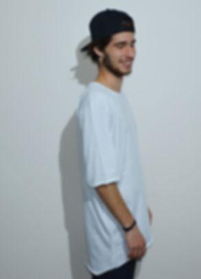 maglietta oversize bianca lato indossata