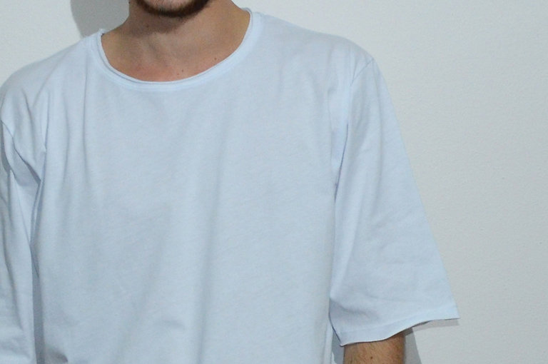 maglietta oversize bianca fronte indossa