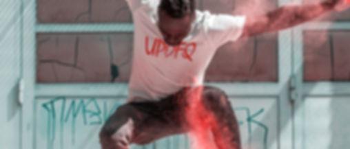 foto scattata durante il lookbok abbigliamento streetwear di Updfq brand della nostra t-shirt logo updfq di uno skater che salta