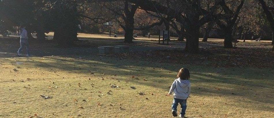 自然と触れ合う子供