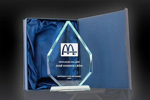 El Prestigio de Cristal está cortado de un transparente e impecable cristal. Con una serie de ángulos, biseles opuestos y facetas, este premio está diseñado para dar significado a su mensaje de felicitación.